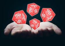 Mãos que guardam cubos vermelhos com sinais de por cento Fotos de Stock Royalty Free