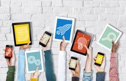 Mãos que guardam dispositivos de Digitas com conceitos Startup fotografia de stock