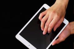 Mãos que guardam e que tocam em um PC da tabuleta Foto de Stock Royalty Free