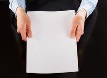 Mãos que guardam a folha de papel vazia Imagens de Stock Royalty Free