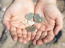 Mãos que guardam formas do coração Fotos de Stock Royalty Free