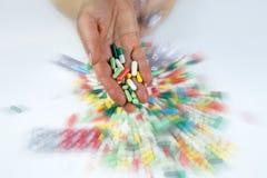 Mãos que guardam muitos comprimidos Imagens de Stock Royalty Free