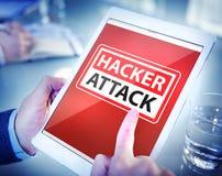 Mãos que guardam o ataque do hacker da tabuleta de Digitas fotos de stock royalty free