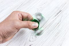 Mãos que guardam o brinquedo popular do girador da inquietação girador remexendo-se imagens de stock royalty free