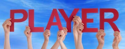 Mãos que guardam o céu azul do jogador reto vermelho da palavra Fotos de Stock