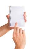 Mãos que guardam o caderno Fotos de Stock