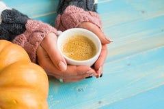 Mãos que guardam o café do copo Foto de Stock