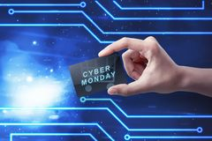 Mãos que guardam o cartão com texto de segunda-feira do Cyber fotos de stock