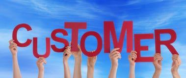 Mãos que guardam o cliente no céu Fotografia de Stock Royalty Free