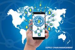Mãos que guardam o conceito do gerenciamento da cadeia de suprimentos do telefone no azul Foto de Stock Royalty Free