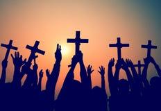 Mãos que guardam o conceito transversal da fé da religião da cristandade foto de stock royalty free