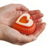 Mãos que guardam o coração do sabão Imagem de Stock
