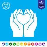 Mãos que guardam o coração - símbolo da proteção Imagem de Stock