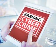 Mãos que guardam o crime do Cyber da tabuleta de Digitas imagens de stock