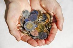 Mãos que guardam o dinheiro canadense fotos de stock royalty free