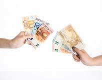 Mãos que guardam o euro- dinheiro das cédulas das contas de dinheiro Fotografia de Stock Royalty Free