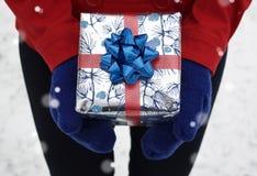Mãos que guardam o presente de época natalícia Fotografia de Stock Royalty Free