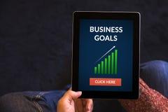 Mãos que guardam o tablet pc com conceito dos objetivos de negócios no SCR Fotos de Stock