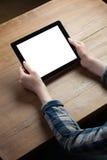 mãos que guardam o tablet pc digital com tela Imagens de Stock