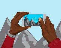Mãos que guardam o telefone esperto que toma um instantâneo Fotografia de Stock