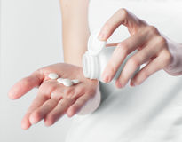 Mãos que guardam os comprimidos brancos Fotos de Stock