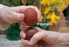 Mãos que guardam ovos coloridos imagens de stock