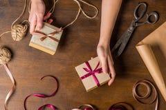 Mãos que guardam presentes pequenos Fotos de Stock Royalty Free
