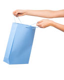 Mãos que guardam sacos de compras coloridos no fundo branco Imagem de Stock Royalty Free