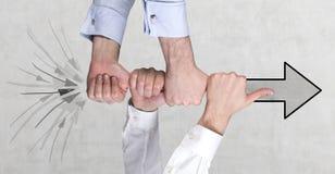 Mãos que guardam a seta Fotos de Stock