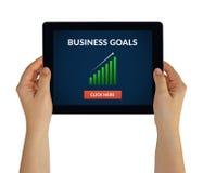 Mãos que guardam a tabuleta com conceito dos objetivos de negócios na tela Foto de Stock Royalty Free
