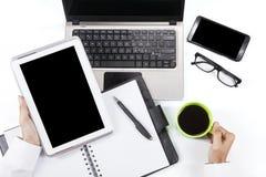 Mãos que guardam a tabuleta e o café digitais Imagem de Stock