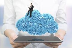 Mãos que guardam a tabuleta esperta O homem de negócios que senta caráteres azuis nubla-se a forma fotografia de stock