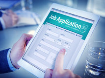 Mãos que guardam a tabuleta Job Application de Digitas Fotos de Stock Royalty Free
