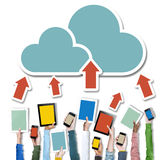 Mãos que guardam trabalhos em rede da nuvem dos dispositivos de Digitas Imagem de Stock