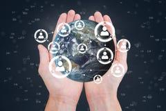 Mãos que guardam um globo com conectores imagem de stock royalty free
