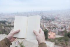 Mãos que guardam um livro vazio Fotografia de Stock