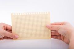 Mãos que guardam um papel verificado Fotos de Stock Royalty Free