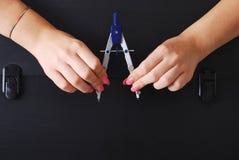 Mãos que guardam uma pasta preta técnica velha e arruinada Foto de Stock Royalty Free