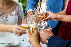 Mãos que guardam vidros e que brindam, momento festivo feliz, conceito luxuoso da celebração Imagens de Stock Royalty Free
