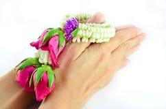 Mãos que guardaram a festão tailandesa  Imagens de Stock