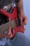 Mãos que jogam a guitarra Imagens de Stock