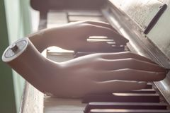 Mãos que jogam a música do objeto da arte abstrato do piano imagens de stock royalty free