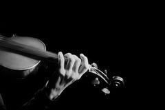 Mãos que jogam o close up do violino fotos de stock