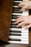 Mãos que jogam o piano Fotografia de Stock Royalty Free