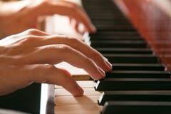 Mãos que jogam o piano Fotos de Stock Royalty Free