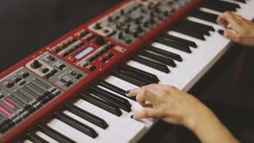 Mãos que jogam o piano vídeos de arquivo