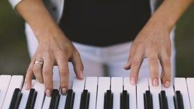 Mãos que jogam o piano video estoque