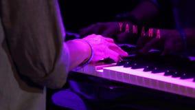 Mãos que jogam o piano preto filme