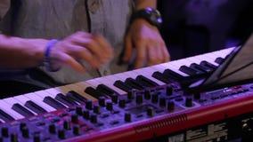 Mãos que jogam o teclado de piano video estoque