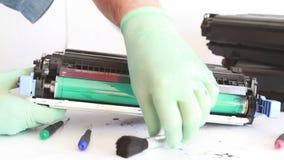Mãos que limpam o cartucho de toner video estoque